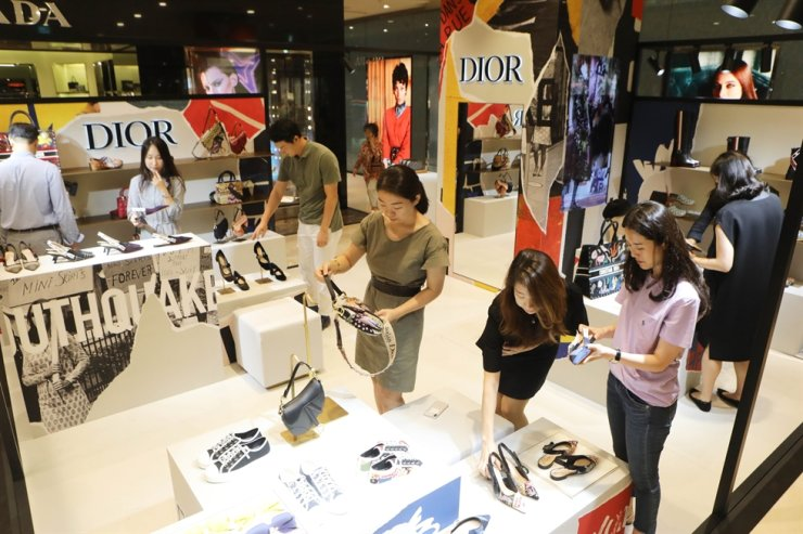 People shop at Christian Dior's store at Lotte Department Store in Jamsil, southeastern Seoul, in this 2018 file photo. / Courtesy of Lotte Shopping