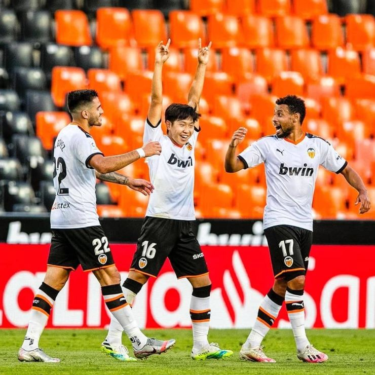 Valencia's midfielder Lee Kang-in, center, celebrates with his teammates after scoring the winning goal against Real Valladolid at the Estadio de Mestalla in Vallencia, July 8. / Courtesy of Valencia CF