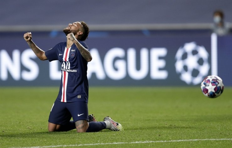 PSG's Neymar celebrates at the end of the Champions League semifinal football match between RB Leipzig and Paris Saint-Germain at the Luz stadium in Lisbon, Portugal, Tuesday. PSG won the match 3-0. / AP-Yonhap