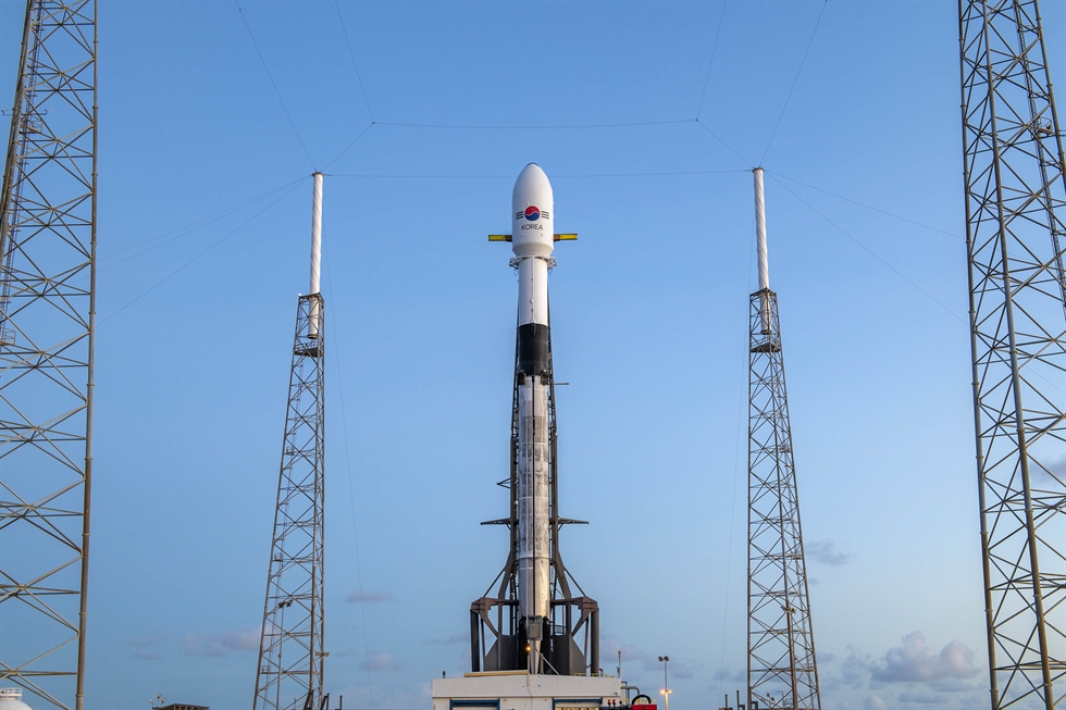 South Korea's first military communications satellite, the ANASIS-II, sits atop SpaceX's Falcon-9 rocket as it is readied for launch at Cape Canaveral Air Force Station in Florida, July 20 (local time). Courtesy of Defense Acquisition Program Administration