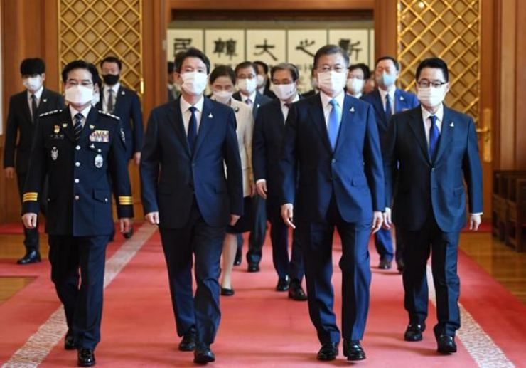 President Moon Jae-in walks with new National Intelligence Service chief Park Jie-won, right, new Unification Minister Lee In-young, second from left, and new National Police Agency head Kim Chang-ryong, left, after giving them letters of appointment at Cheong Wa Dae, July 29. / Korea Times file