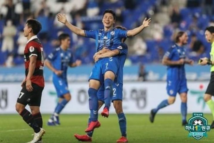 Ulsan Hyundai FC winger Kim In-sung, center, celebrates with his teammate after scoring a goal against Pohang Steelers during the K League match at the Munsu Stadium in Ulsan, Aug. 15. / Courtesy of K League