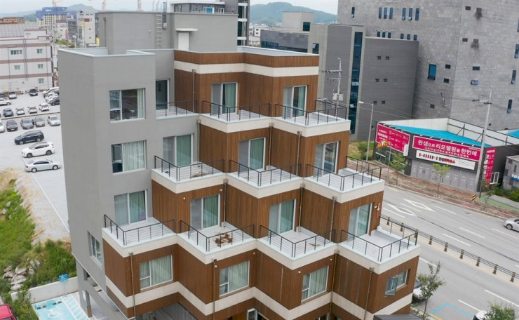 The Hangreen, a 19.1-meter building mostly made of wood, stands in Yeongju, North Gyeongsang Province. The five-story structure symbolizes the new trend of eco-friendly construction in Korea. Korea Times photo by Kim Kang-min