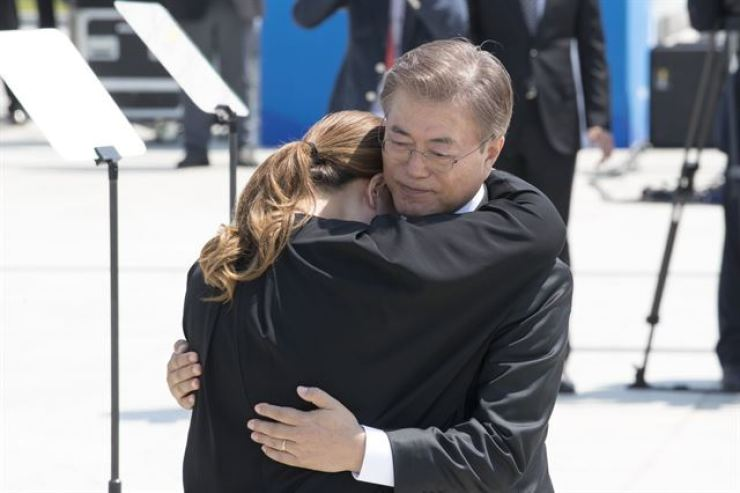 President Moon Jae-in consoles a bereaved family member of a 1980 Gwangju pro-democracy movement victim during a ceremony commemorating the movement at the May 18th National Cemetery, Gwangju, in this May 18, 2017 photo. Yonhap