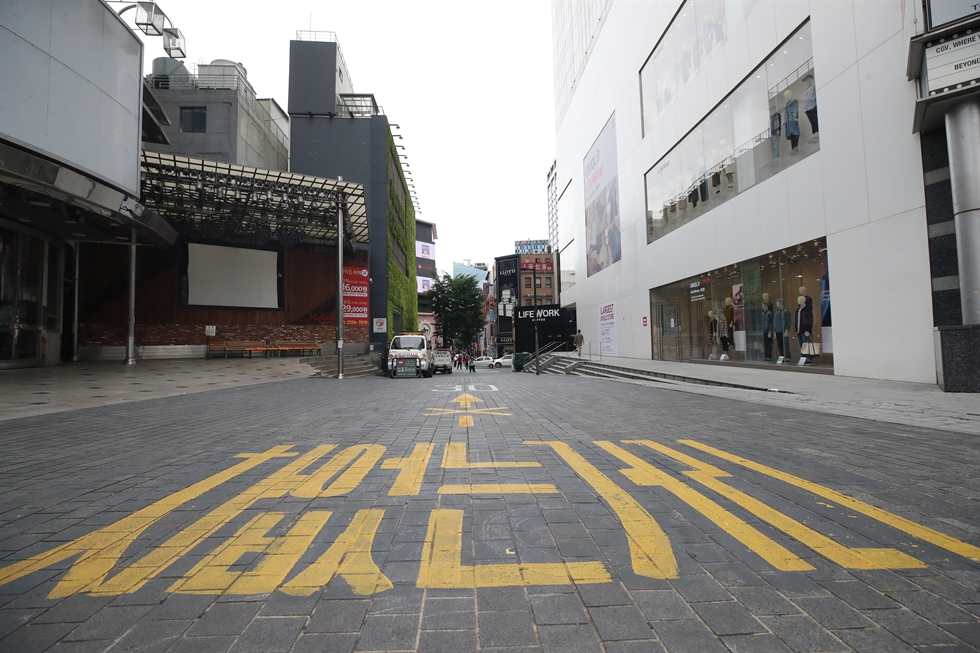 Streets in Namdaemun market, Seoul, are nearly empty, Monday, amid Level 2.5 social distancing effective in Seoul, Incheon and Gyeonggi Province from Aug. 30 through Sept. 6. Yonhap