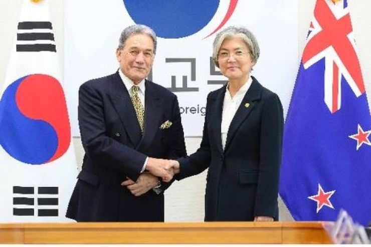 New Zealand Deputy Prime Minister and Foreign Affairs Minister Winston Peters, left, shakes hands with Foreign Minister Kang Kyung-wha during his visit to Seoul in October 2019. Peters urged Korea's former deputy ambassador to New Zealand, surnamed Kim, to return and face investigation for alleged sexual harassment of a local staff member when he was stationed in Wellington. Yonhap