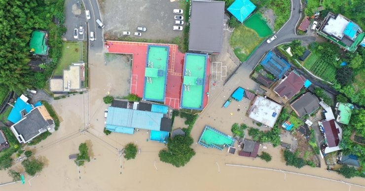 A small village is flooded in Hadong in South Gyeongsang Province, Saturday. Yonhap