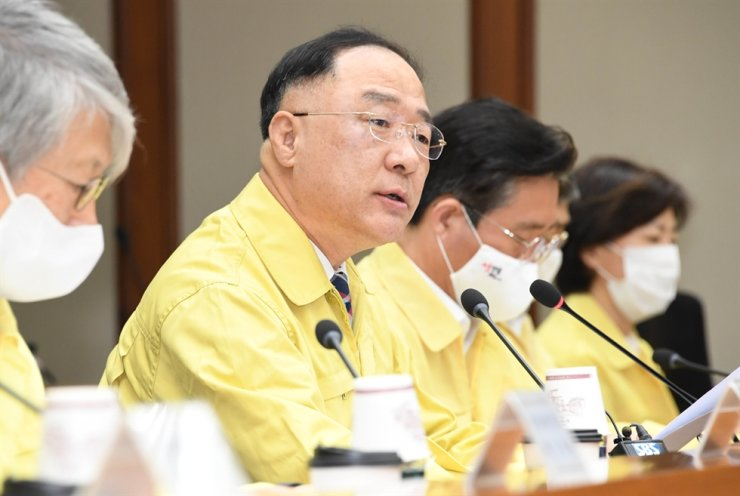 Deputy Prime Minister and Finance Minister Hong Nam-ki, second from left, speaks during a meeting with ministerial-level meeting at the Korea Export-Import Bank (Eximbank) in Yeouido, Seoul, Thursday. Yonhap