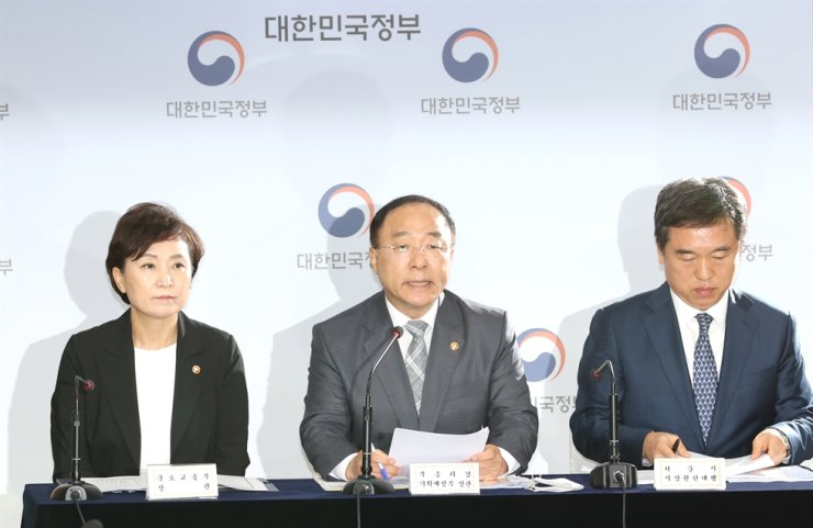 Deputy Prime Minister and Finance Minister Hong Nam-ki, center, Land Minister Kim Hyun-mee, left, and acting Seoul mayor Seo Jeong-hyub give a press briefing at the Seoul Government Complex in Gwanghwamun, Tuesday. Yonhap