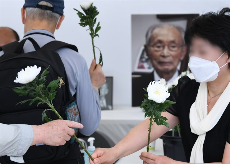 The new Jeondaehyup hosted a memorial service for Korean War hero Gen. Paik Sun-yup after his death on July 10. They said they admire General Paik because he's a Korean War hero. / Korea Times file