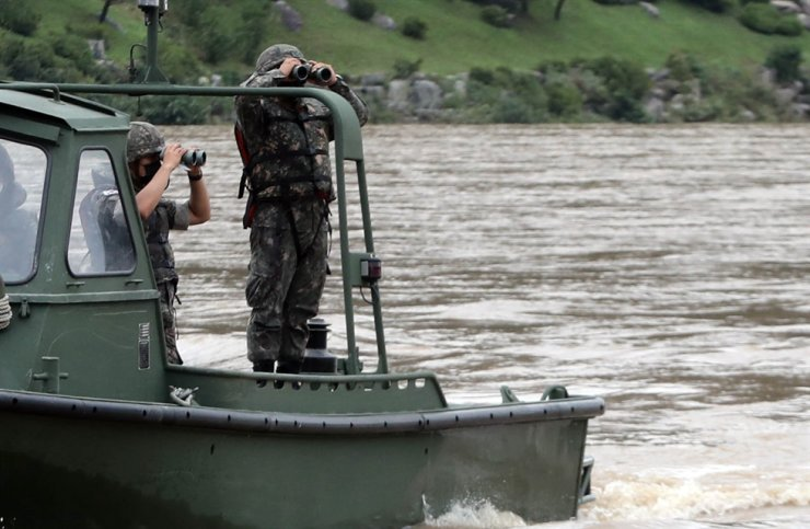 Soldiers carry out a search operation near Nami Island in Chuncheon, Saturday, to search for missing persons from three capsized vessels near Uiam Dam Thursday. / Yonhap