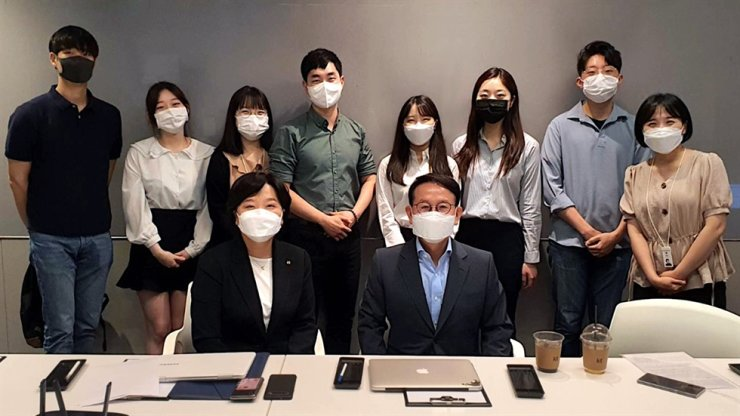 Hanyang University Business Creativity students meet with Korea Telecom (KT) specialists to discuss their business proposals. Seated in front are professor Min Byoung-chul, right, and KT Vice President Lee Sun-joo. / Courtesy of Min Byoung-chul