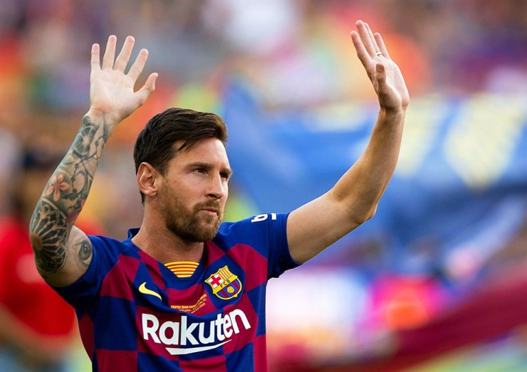 FC Barcelona's Argentinian forward Lionel Messi greets fans prior to the Joan Gamper Trophy football match between FC Barcelona and Arsenal FC at Camp Nou in Barcelona, Spain, Aug. 4, 2019. Messi has sent a certified letter to the club communicating his intentions to leave the club, Tuesday. / EPA-Yonhap