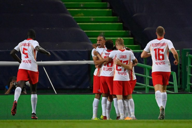 Leipzig's players celebrate their opening goal scored by Leipzig's Spanish midfielder Dani Olmo during the UEFA Champions League quarter-final football match between Leipzig and Atletico Madrid at the Jose Alvalade stadium in Lisbon on August 13, 2020. / AFP-Yonhap