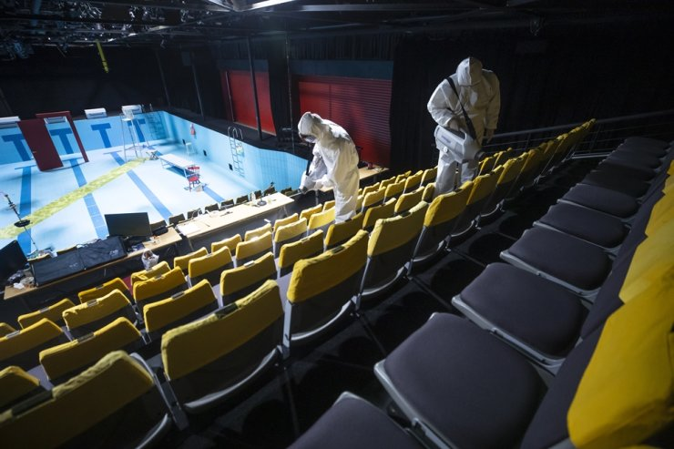 Officials disinfect the Baek Seonghui & Jang Minho Theater in central Seoul in this May 21 file photo. Confirmed COVID-19 infections cases and people who were in contact with them caused the cancelation of many theatrical performances last weekend. Korea Times file