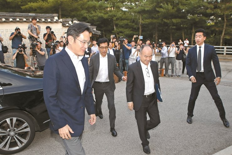 Samsung Electronics Vice Chairman Lee Jae-yong, left, and SoftBank CEO Masayoshi Son, second from right, arrive at the Korea Furniture Museum in Seoul, in this July 4, 2019, file photo, to attend a dinner with the leaders of Korea's conglomerates. / Korea Times file