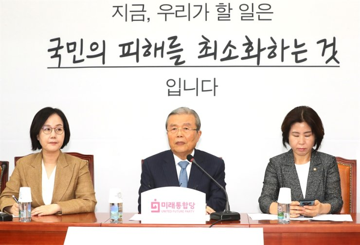 Kim Chong-in, center, head of the main opposition United Future Party's emergency committee, talks during a committee meeting at the National Assembly in Seoul, Thursday. The conservative UFP's new party platform revealed the same day is drawing attention for promoting ideas often associated with the liberal camp. Yonhap