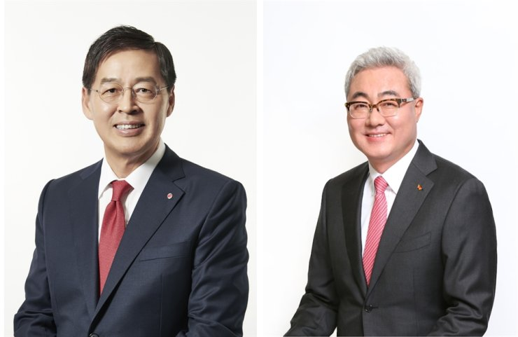 LG Chem CEO Shin Hak-cheol, left, and SK Innovation CEO Kim Jun