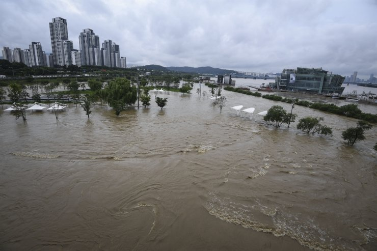 A park near Banpo Bridge, located on the southern side of Han River in Seoul, is submerged, Monday, due to torrential rains that have been pounding the country's interior regions since the weekend. / Korea Times photo by Lee Han-ho