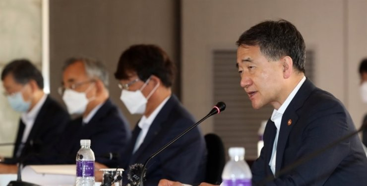 Health Minister Park Neung-hoo, right, speaks during a meeting of the National Pension Service fund management committee at The Plaza Hotel in Seoul, Friday. Yonhap