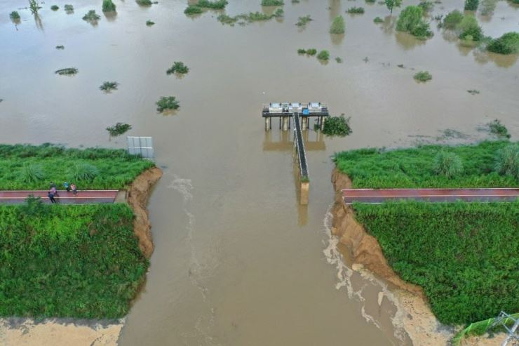 A flood is caused by the loss of a part of the Nakdong River banks near Changnyeong County, South Gyeongsang Province, Sunday. / Yonhap