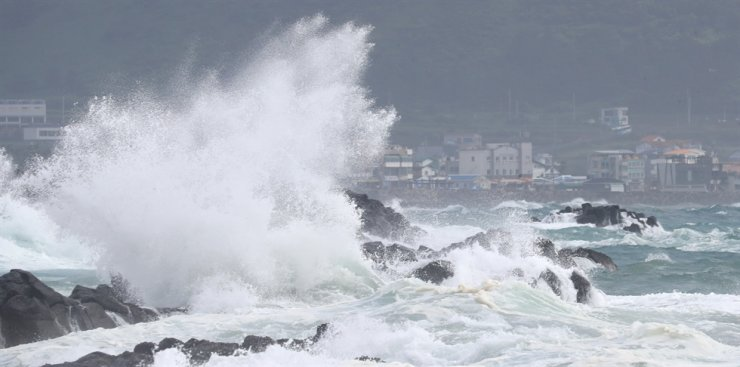 Big waves hit rocks in southwestern Jeju, Tuesday, as Typhoon Bavi approaches the island. The Korea Meteorological Administration says the typhoon, packing powerful winds and heavy rain, will hit Jeju Tuesday night before reaching the country's west coast. Yonhap