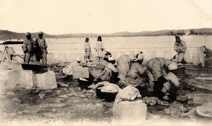 Harvesting ice in the late 19th century. Courtesy of Diane Nars Collection