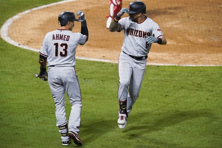 Arizona Diamondbacks' David Peralta, right, celebrates his solo run home run with Nick Ahmed during the eighth inning of the team's baseball game against the Los Angeles Angels in Anaheim, Calif., Tuesday. / AP-Yonhap
