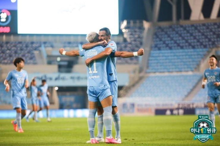 Daegu FC's Brazilian midfielder Cesinha, left, celebrates with his teammate Dejan Damjanovic after scoring a goal against Seongnam FC at the DGB Park in Daegu, Wednesday. / Courtesy of K League