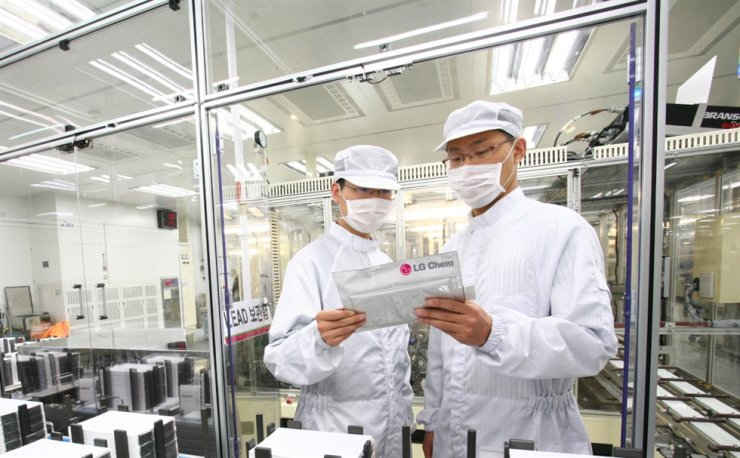 LG Chem researchers hold an electric vehicle battery module at the company's plant in North Chuncheong Province in this undated file photo. Courtesy of LG Chem