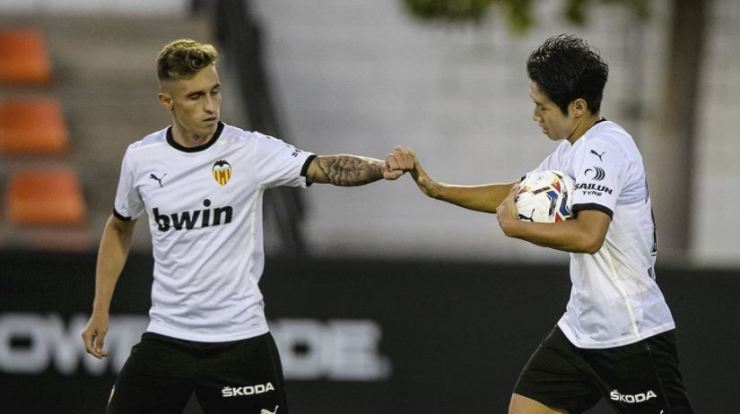 Valencia's South Korean international Lee Kang-in, right, celebrates with his teammate after scoring the team's first goal against FC Cartagena at the Mestalla Stadium in Valencia, Sunday. / Courtesy of Valencia CF
