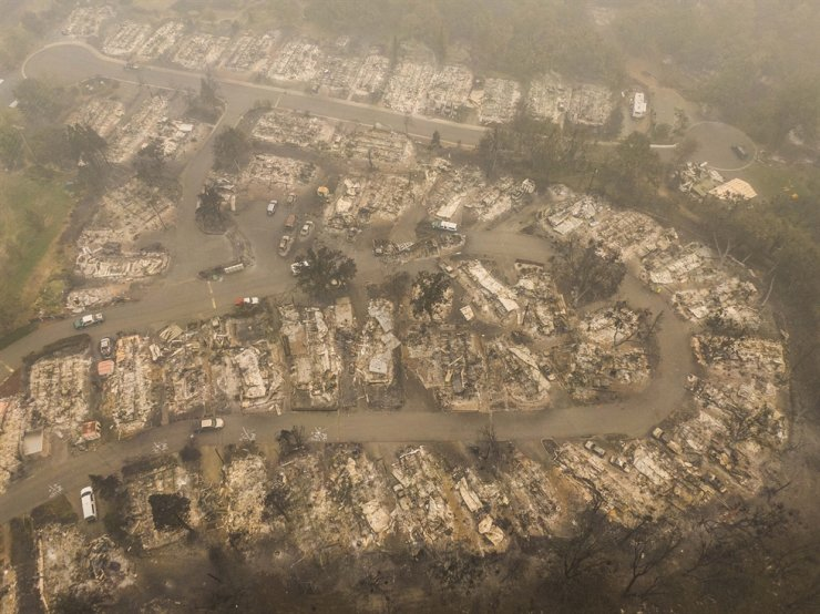 In this aerial view from a drone, damaged homes are seen in a mobile home park that was destroyed by wildfire on September 11, 2020 in Ashland, Oregon. AFP-Yonhap