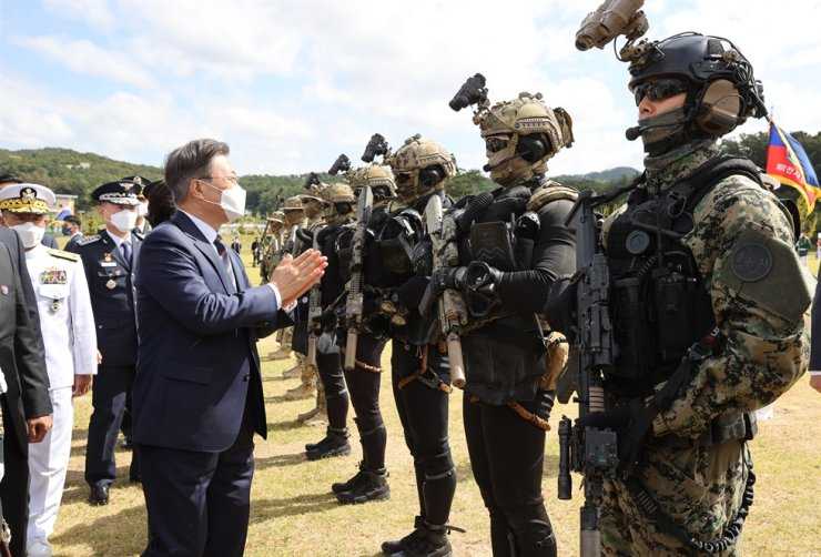 President Moon Jae-in applauds special warfare troops during a ceremony to mark the 72nd Armed Forces Day at the Special Warfare Command in Icheon, Friday. The anniversary falls on Oct. 1. / Yonhap