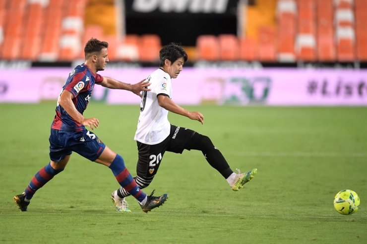 Levante's Serbian defender Nemanja Radoja, left, challenges Valencia's South Korean midfielder Lee Kang-in during a Spanish league football match at the Mestalla Stadium in Valencia on Sunday. / AFP-Yonhap
