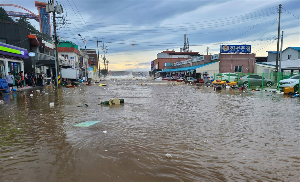 Typhoon Maysak hit the Korean peninsula Thursday, killing at least two people and leaving about 120,000 households without power. Yonhap