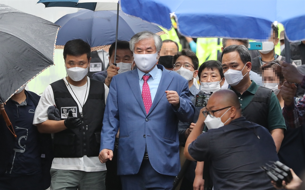 Jun Kwang-hoon speaks to journalists at Seoul Central District Court on Sept. 7 after being indicted on charges of violating his bail conditions by participating in a mass anti-government demonstration in Seoul, Aug. 15. Yonhap