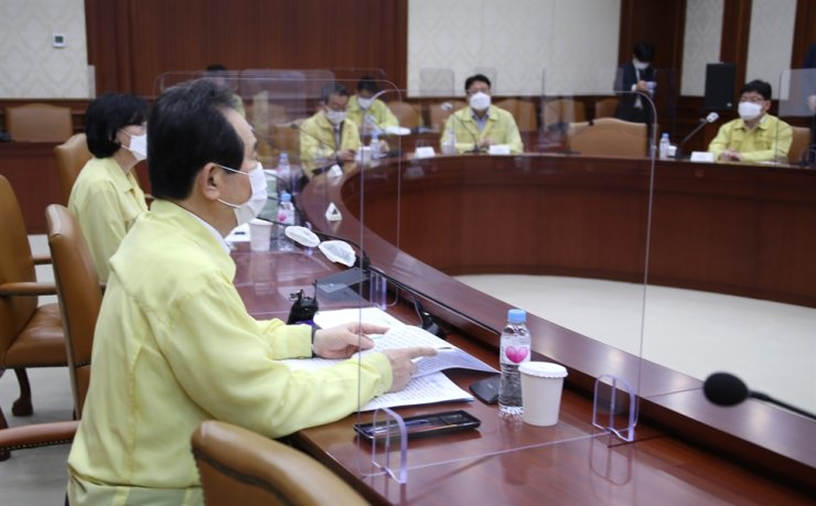Prime Minister Chung Sye-kyun, left, leads a central disaster safety countermeasure meeting regarding COVID-19 at Government Complex Seoul in Jongno-gu District, Sept. 23. Yonhap