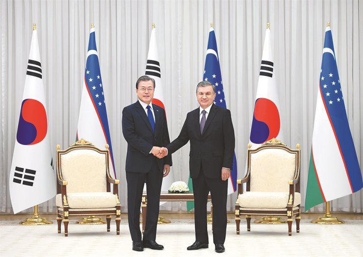 Uzbek President Shavkat Mirziyoyev, left, and President Moon Jae-in shake hands after signing a Joint Declaration on Special Partnership between the two countries during Moon's state visit to Uzbekistan in April 2019. / Courtesy of Embassy of Uzbekistan