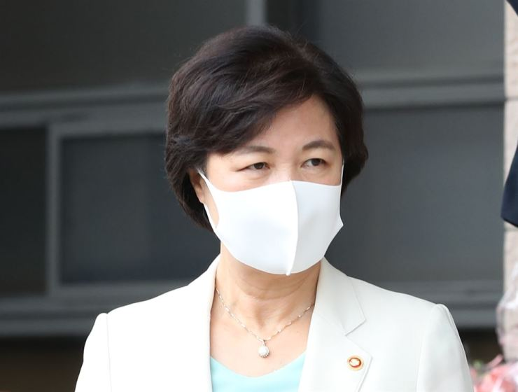 Justice Minister Choo Mi-ae leaves the Gwacheon Government Complex in Gyeonggi Province, Wednesday. / Yonhap