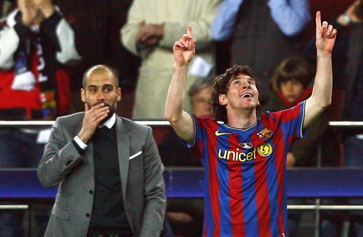 Barcelona's Lionel Messi, right, celebrates in front of his coach Pep Guardiola after scoring a goal against VfB Stuttgart during their Champions League last 16, second leg football match at the Nou Camp stadium in Barcelona, March 17, 2010. / Reuters-Yonhap