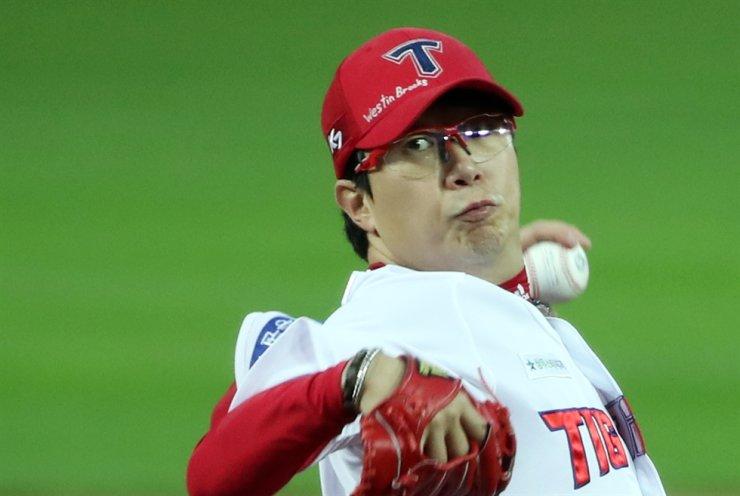 Yang Hyeon-jong of the KIA Tigers pitches against the Kiwoom Heroes at Gwangju-KIA Champions Field in Gwangju, South Jeolla Province, Sept. 22. Yonhap