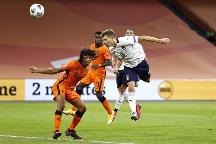 Nicolo Barella, right, of Italy scores a game-leading goal during the UEFA Nations League A group 1 football match between the Netherlands and Italy at the Johan Cruyff Arena in Amsterdam, Monday. / EPA-Yonhap