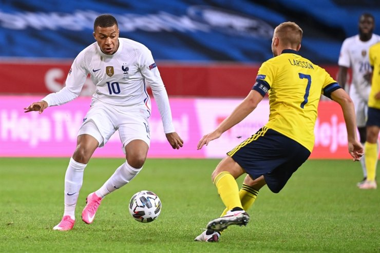 France's forward Kylian Mbappe, left, and Sweden's midfielder Sebastian Larsson vie for the ball during the UEFA Nations League football match between Sweden and France at the Friends Arena in Solna, near Stockholm, Saturday. / AFP-Yonhap