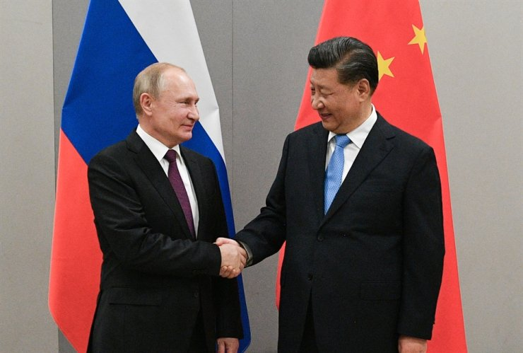 Russian President Vladimir Putin, left, shakes hands with Chinese President Xi Jinping during their meeting on the sideline of the 11th edition of the BRICS Summit, in Brasilia, Brazil November 13, 2019. REUTERS-Yonhap