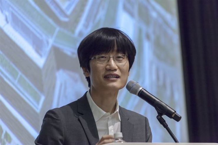 Naver founder Lee Hae-jin speaks at the company's data center