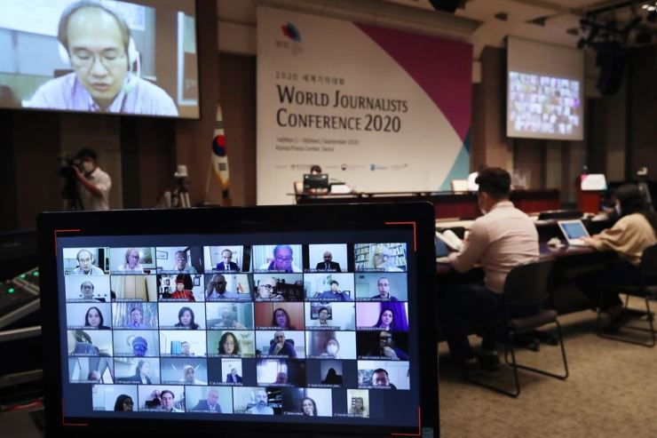 Journalists from around the world participate in the World Journalists Conference online, with participants from Korea attending in person at the Korea Press Center in Seoul, Tuesday, the second day of the three-day event hosted by the Journalists Association of Korea. / Yonhap