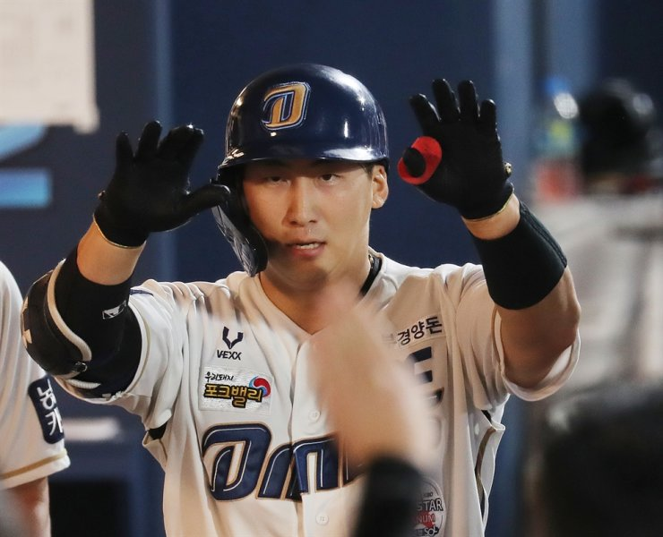 Na Sung-bum from the NC Dinos returns to the dugout at Changwon NC Park in Changwon, South Gyeongsang Province, after hitting a solo homerun against Lotte Giants, Sept. 9. Yonhap