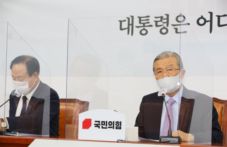 The main opposition People Power Party's interim leader Kim Jong-in, right, speaks during the meeting at the National Assembly, Saturday, of a special investigative taskforce the party set up to look into North Korea's recent killing of a South Korean fisheries official earlier this week. Yonhap