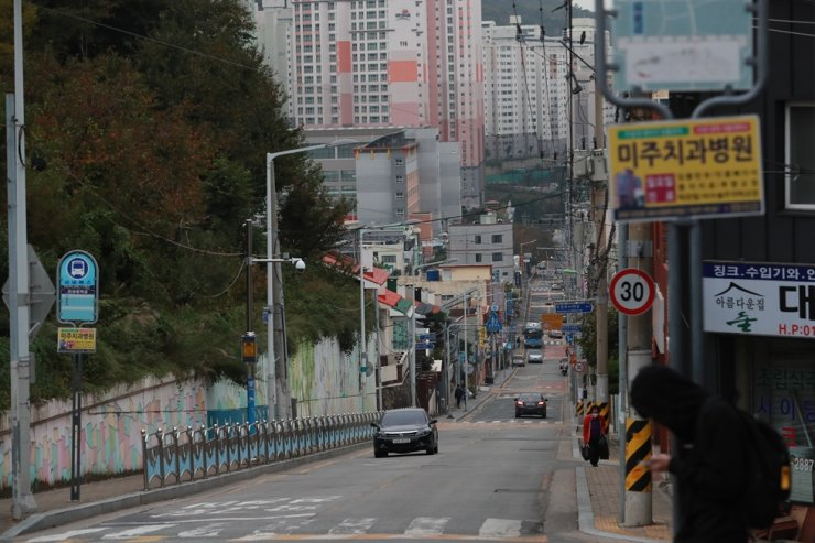Busan's Mandeok area is quiet Oct. 16 after an elderly care facility, public bathhouse and restaurant saw COVID-19 infections clusters earlier this week. Yonhap