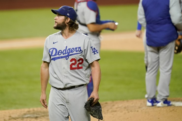 Los Angeles Dodgers starting pitcher Clayton Kershaw (22) leaves the game against the Atlanta Braves during the sixth inning in Game 4 of a baseball National League Championship Series Thursday, Oct. 15, 2020, in Arlington, Texas. / AP-Yonhap